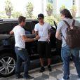 O jogador Neymar chega ao Aeroporto de Congonhas, no domingo (18), com uma aliança no dedo