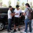 Neymar chega no Aeroporto de Congonhas usando bermuda, tênis e boné