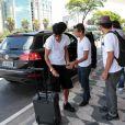 Neymar pega a mala para embarcar no Aeroporto de Congonhas, em São Paulo