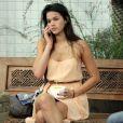 A atriz Bruna Marquezine exibe aliança no dedo na mão direita enquanto toma sorvete no shopping Rio Design Barra