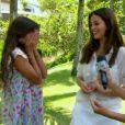 Bruna Marquezine abraça a irmã, Luana Marquezine, ao ver que ela ficou envergonhada em dar entrevista em sua frente