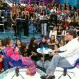 Bruna Marquezine cantando a música 'Velha Infância', do grupo Os Tribalhistas, no programa 'Altas Horas'