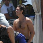Gabriel Braga Nunes grava cenas de 'Em Família' sem camisa na praia