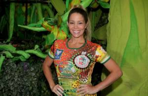Danielle Winits visita barracão da Grande Rio e revela que 'está de volta'