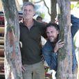 Kleber (Marcello Novaes) e Edu (Daniel Ribeiro) fogem pela mata e seguem no caminho para a Comunidade, em 'Além do Horizonte', em 17 de fevereiro de 2014