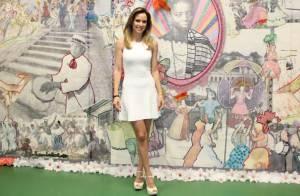Ana Furtado visita barracão da Grande Rio e mostra samba no pé com passista