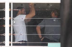 Cauã Reymond pega pesado na musculação com o auxílio de um personal trainer