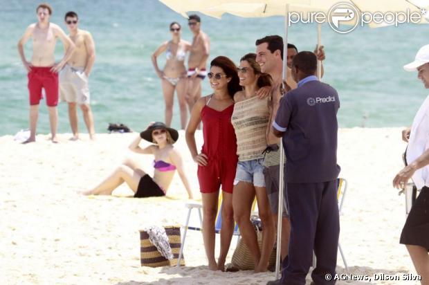 Atores de 'Salve Jorge' posam para foto na praia
