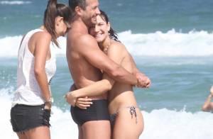 Malvino Salvador vai à praia com a namorada, grávida, que já exibe barriguinha