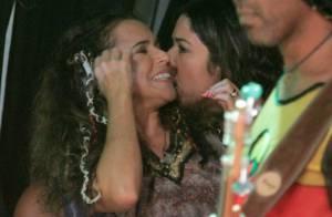 Daniela Mercury e Malu Verçosa trocam beijos antes de show na Bahia