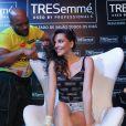 Tainá Müller consegue uma folga nas gravações da novela 'Em Família' e curte Carnaval em Salvador na noite desta quinta-feira, 27 de fevereiro de 2014