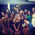 Bruna Marquezine posa com as amigas antes de curtir o seu primeiro bloco de Carnaval