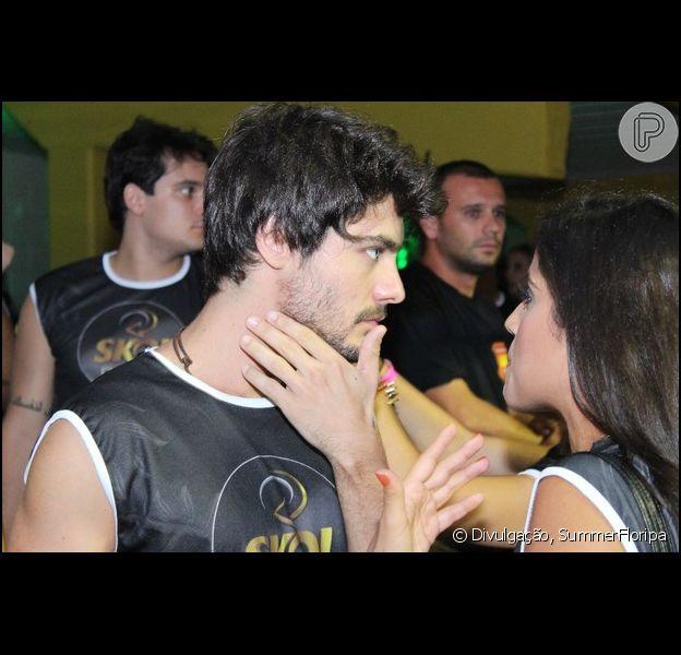 Guilherme Leicam conversa com Camila Camargo durante carnaval em camarote em Florianópolis, Santa Catarina