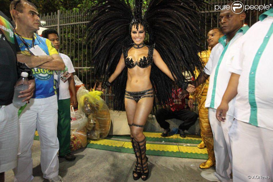 Mariana Rios mostra corpo em forma na concentração do desfile da Mocidade Independente de Padre Miguel, no Rio de Janeiro, em 3 de março de 2014