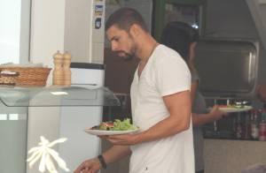Cauã Reymond enche o prato de salada após malhar em academia, no Rio de Janeiro