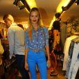 Yasmin Brunet com calça azul e camisa jeans com estrelas