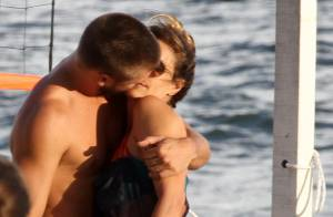 Fernanda Lima e Rodrigo Hilbert trocam beijos e jogam vôlei em praia do Rio