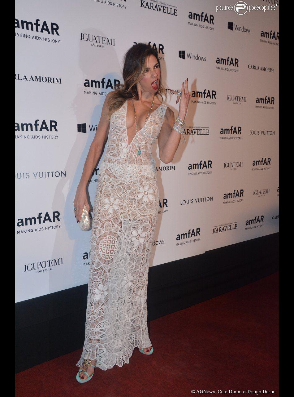 Vestido de Luciana Gimenez tem um decote profundo
