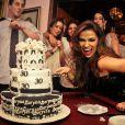 Laryssa Dias posa na mesa do bolo