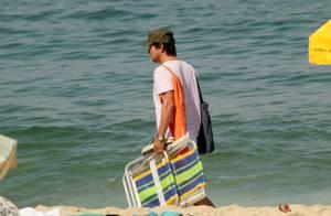 Marcelo Serrado vai à praia com a mulher e os filhos gêmeos
