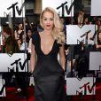 Rita Ora chamou a atenção no tapete vermelho do evento ao usar o vestido da brasileira