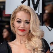 Rita Ora usa vestido super decotado de estilista brasileira no MTV Movie Awards