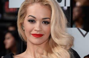 Rita Ora usa vestido super decotado de estilista brasileira no MTV Movie Awards