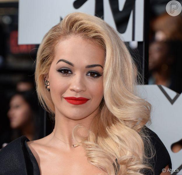 Rita Ora usa vestido super decotado assinado por estilista brasileira Bárbara Casasola, no MTV Movie Awards, em 13 de abril de 2014