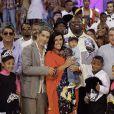 Regina Casé apresentou o filho caçula, Roque, ao lado do marido, Estevão Ciavatta, no palco do programa 'Esquenta' no último domingo, 13 de abril de 2014