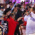 Regina Casé não desgrudou do filho durante o programa e cantou com Zeca Pagodinho diante dos olhares de Roque