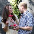 Suspeitas apontavam que Kate estaria grávida novamente, mas a duquesa afastou os rumores ao andra de bote e beber vinho durante a viagem