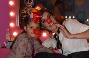 Deborah Secco se veste de palhacinha em inauguração de casa de festas de Xuxa