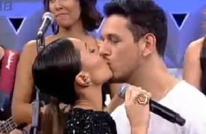Sabrina Sato beija o namorado, João Vicente, na estreia de seu programa