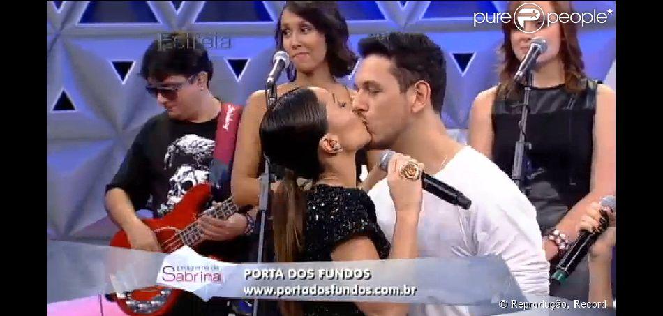 Sabrina Sato ganha beijo do namorado, João Vicente de Castro, na estreia de seu programa, em 26 de abril de 2014