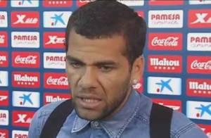 Daniel Alves reage contra racismo e ganha elogio da presidente Dilma Rousseff