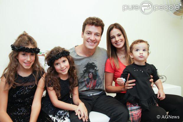 Rodrigo Faro vive cercado por mulheres em casa. Casado com a apresentadora Vera Viel, Rodrigo é pai de Clara, Maria e Helena. Em entrevista à revista 'Caras' ele contou: 'É a melhor coisa do mundo. Na maioria das vezes, sou o servo delas, mas também sou o rei, todas cuidam de mim'