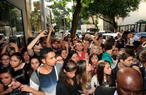 Avril Lavigne visita loja em São Paulo e causa tumulto de fãs