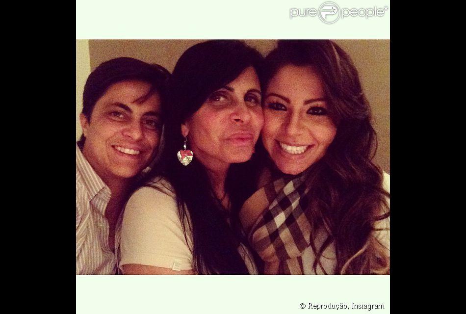 Thammy Miranda posa ao lado da mãe, Gretchen, e da namorada, Andressa Ferreira, em 2 de maio de 2014