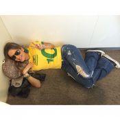 Claudia Leitte espera por voo para Barcelona deitada em chão de aeroporto