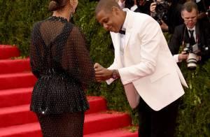 Beyoncé perde anel e Jay-Z simula pedido de casamento no tapete vermelho do Met