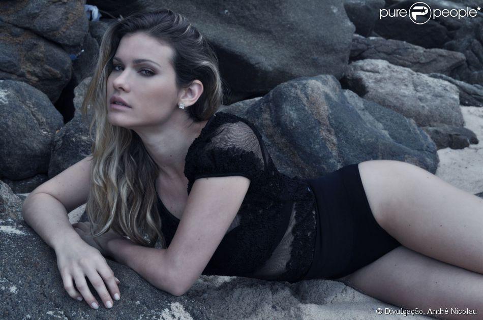 Karen Junqueira disse, em entrevista à 'Revista da TV', do jornal 'O Globo', que teve que usar tapa-sexo na cena de sexo que gravou com Cauã Reymond para a minissérie 'O Caçador', que vai ao ar nesta sexta-feira, 9 de maio de 2014