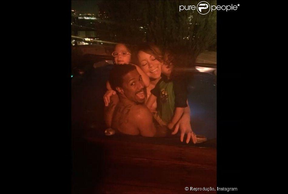 Mariah Carey curte Dia das Mães na piscina com marido, Nick Cannon, e filhos gêmeos, Morocon e Moroe, de 3 anos