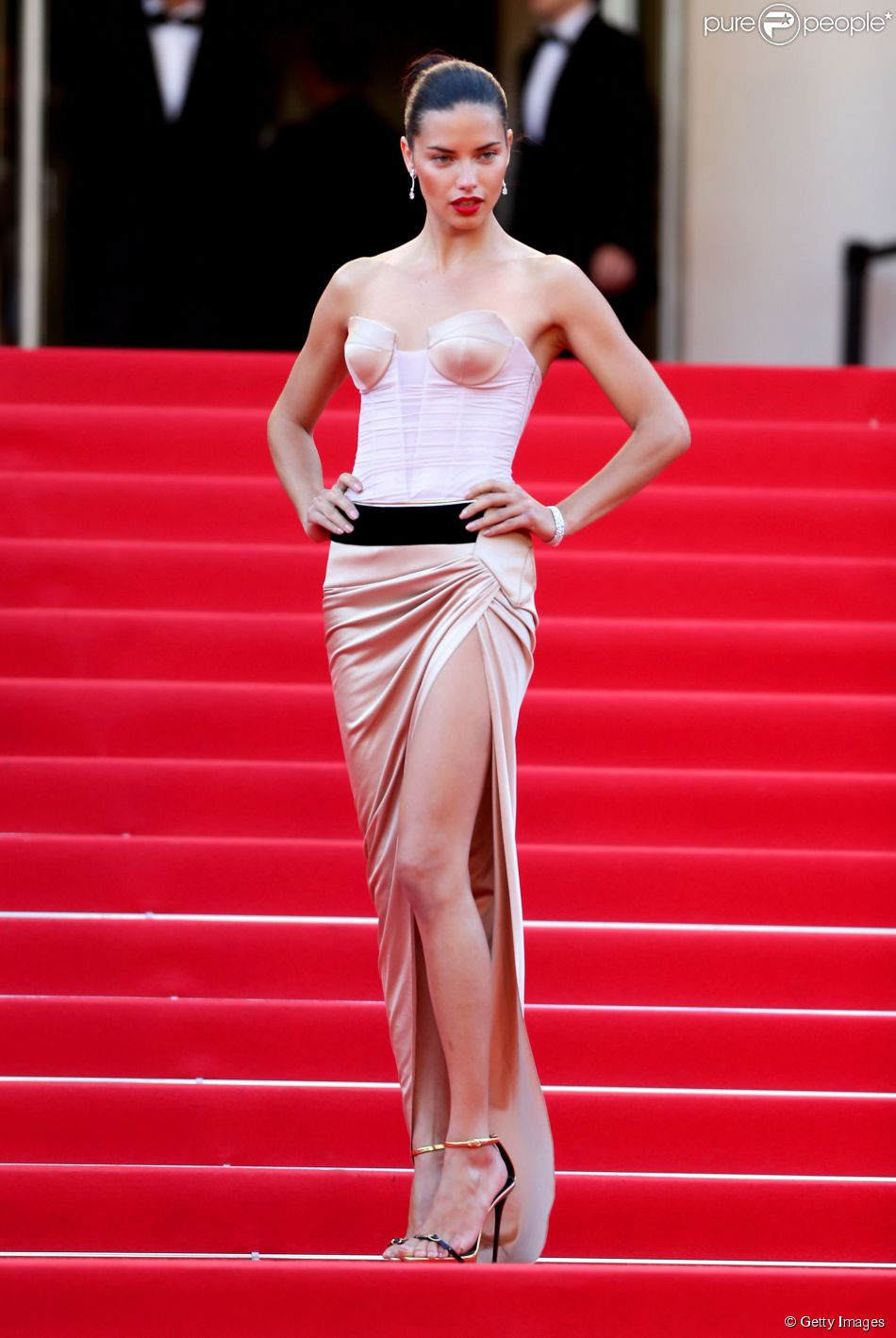 Adriana Lima veste Alexandre Vauthier na première de 'The Homesman' no Festival de Cannes 2014