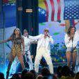 Claudia Leitte agita a plateia com show no  Billboard Music Awards; cantora cantou 'We are one', tema da Copa do Mundo, ao lado de Jennifer Lopez e do rapper Pitbull
