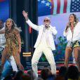 Claudia Leitte divide palco no B illboard Music Awards 2014 ao lado de Jennifer Lopez e do rapper Pitbull