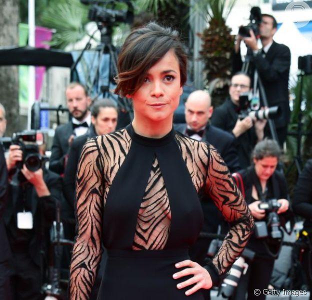 Alice Braga escolhe vestido preto com decote profundo e tela transparente em animal print para o tapete vermelho do filme 'Foxcatcher' no Festival de Cannes 2014