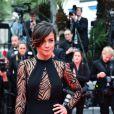 Alice Braga investe no decote profundo