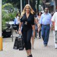 Monique Evans é flagrada andando por ruas de Ipanema, na zona sul do Rio, em 2012