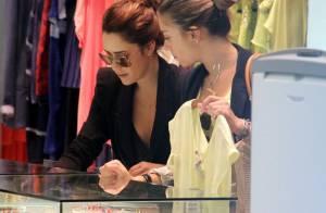 Fernanda Vasconcellos faz compras com amiga em shopping do Rio