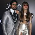 Thaila Ayala usou vestido metalizado com toque de transparência da marca John John